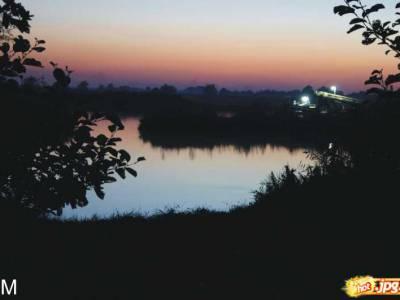 rzeka nocą