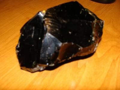Kamień - cały czarny i błyszczący na wierzchu