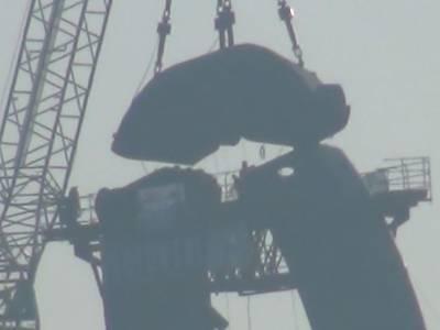 Montaż pylonu na moście w Bydgoszczy