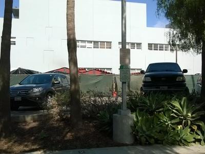 nowopowstałe zadaszenie parkingu usytuowanego vis a vis północnej ściany biblioteki miejskiej.