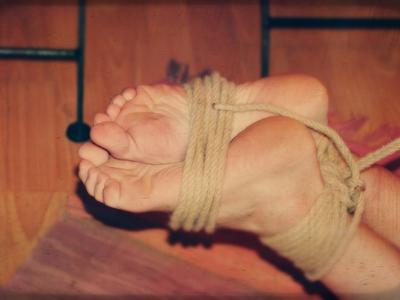 Związane bose stopy i co dalej...