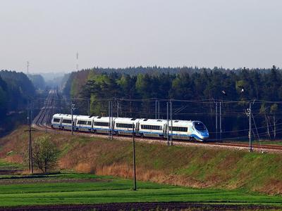 ED250-012 przemierza szlak podg Sprowa - podg Starzyny, jako pociąg EIP nr 3501 z Krakowa Głównego do Gdyni Głównej, 01.05.2015r.
