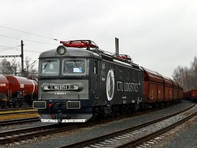 182 071-1 stoi na bocznym torze stacji Petrovice u Karviné, 11.03.2017r.