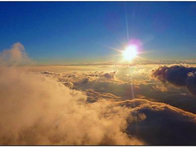 W chmurach.