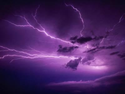 niebo z piorunami